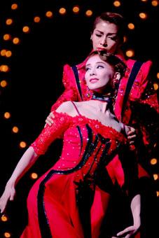 雨に唄えば 陽月華は安蘭とのデュエットで登場。    星組日生劇場公演「雨に唄えば」